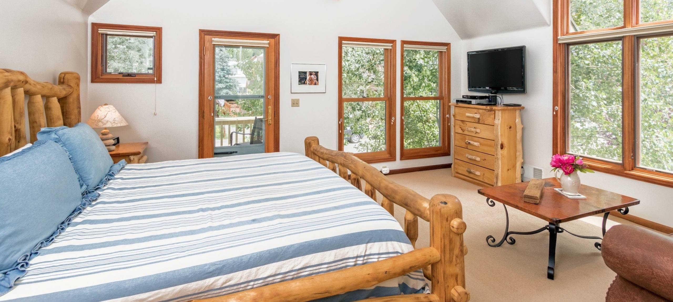 telluride-rentals-pacific-street-townhouse-master-bedroom